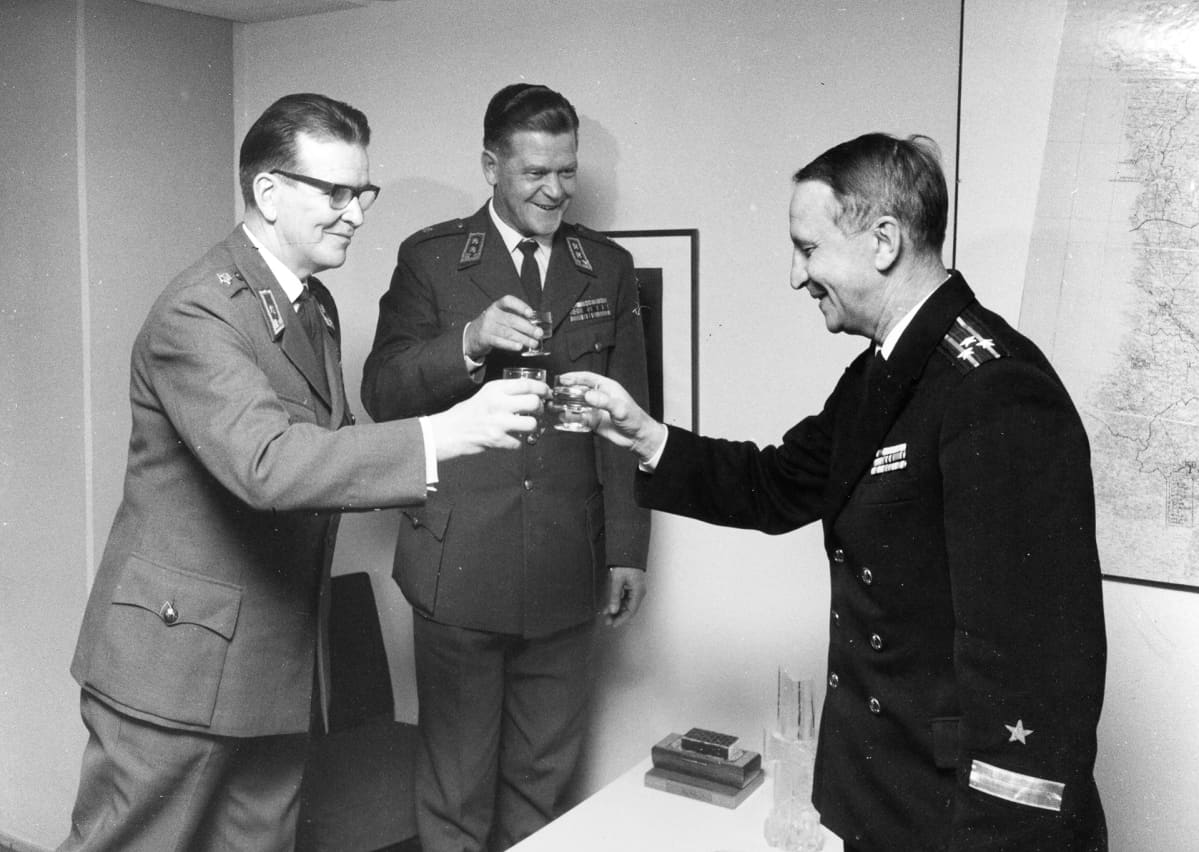 Neuvostoliiton sotilasasiamiehen apulainen saa ansiomitalin.