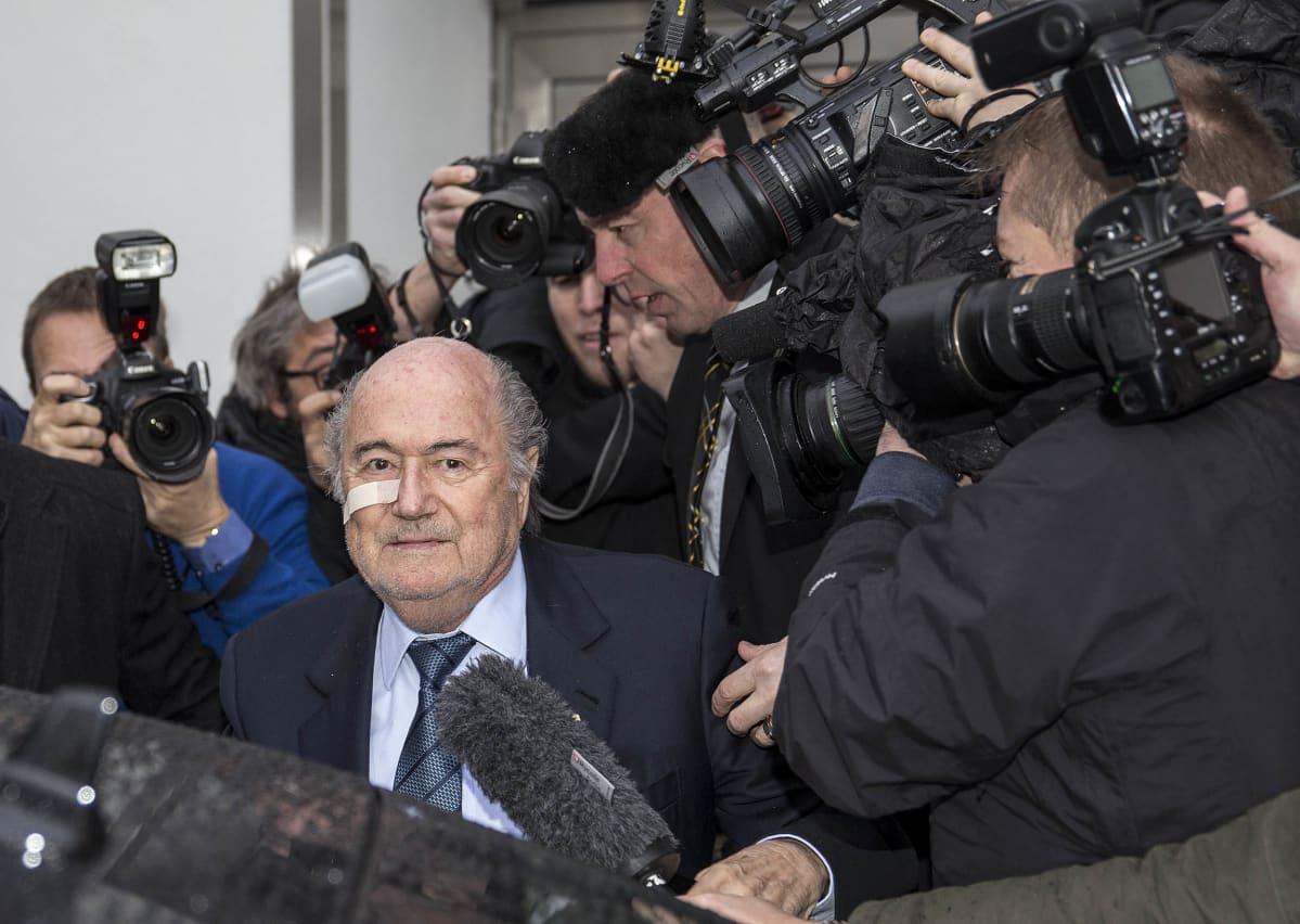 Fifan hyllytetty johtaja Sepp Blatter saapui maanantaina tiedotustilaisuuteen Zürichissä Sveitsissä sen jälkeen, kun hänet oli suljettu kahdeksaksi vuodeksi jalkapallosta.