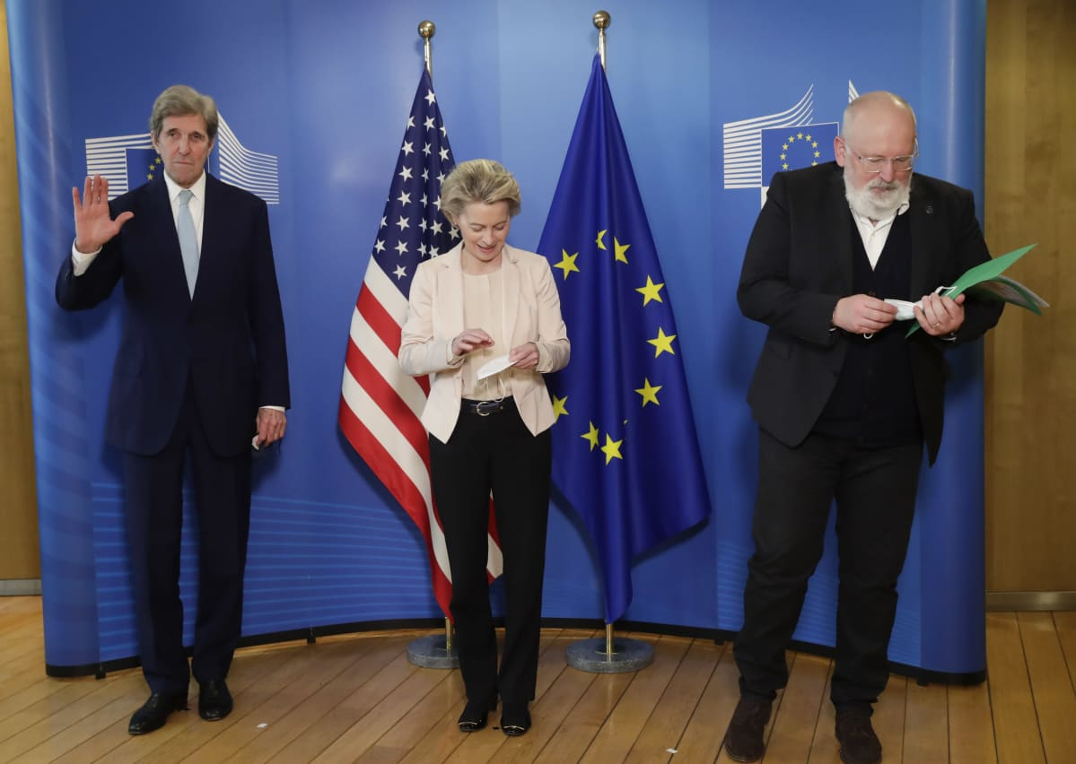 John Kerry, Ursula von der Leyen ja Frans Timmermans EU:n ja Yhdysvaltojen lippujen edessä