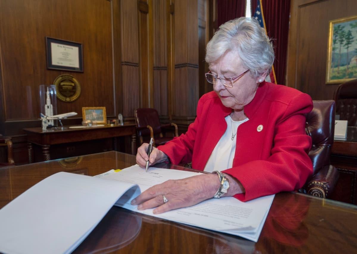 Alabaman kuvernööri Kay Ivey allekirjoitti tiukan aborttilain keskiviikkona.