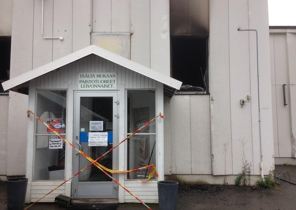 Martinin leipomon tuotantotilat Kouvolan Valkealassa tuhoutuivat tulipalossa perjantaina.