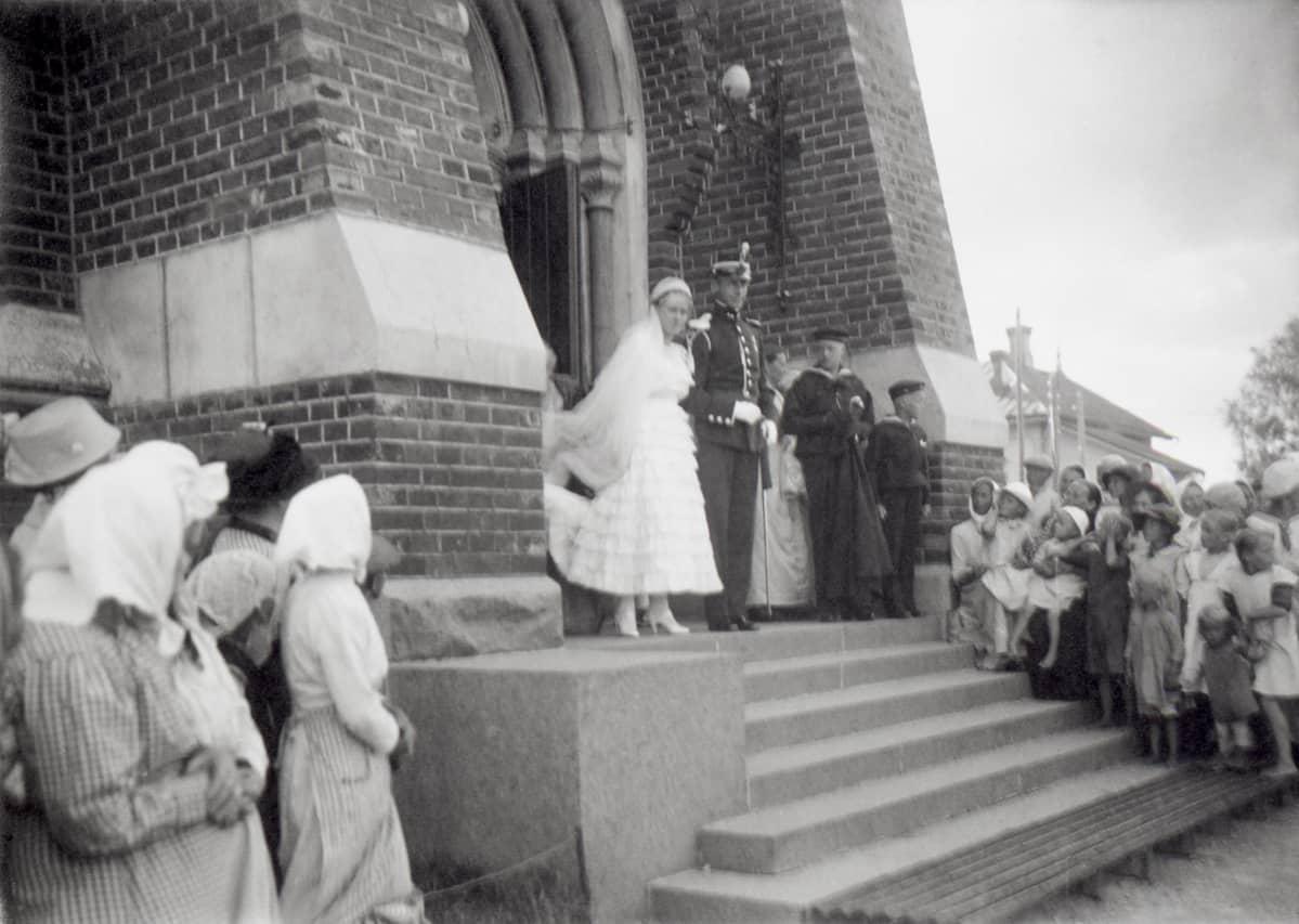 Hääpari Nikolai Østgaard ja Ragni Gullichsen Kotkan evakelisluterilaisen kirkon portailla 22.7.1916.