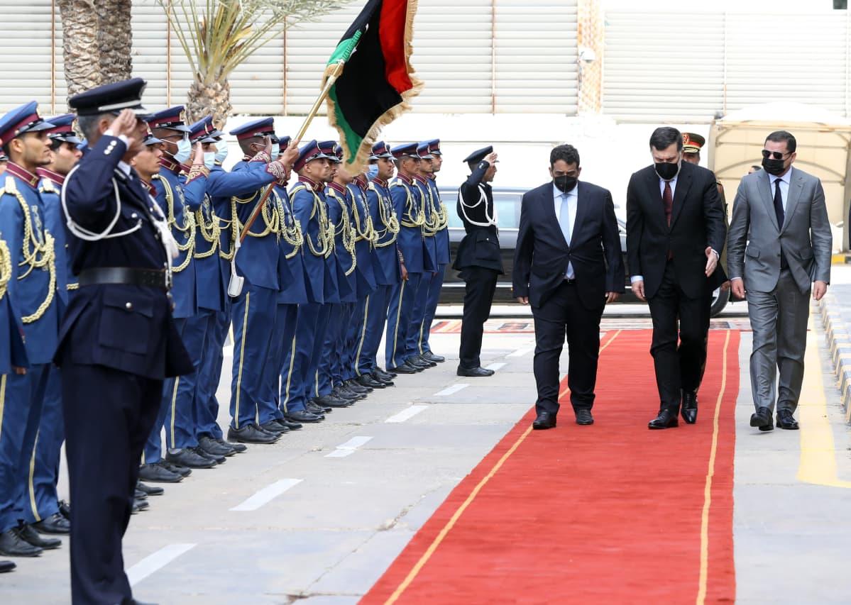 Libyan presidenttineuvoston uusi päällikkö Mohamed al-Menfi (vasemmalla), väistyvä pääministeri pääministeri Fayez al-Sarraj (keskellä) sekä väliaikaishallituksen pääministeri  Abdul Hamid Dbeibah (oikealla) Tripolissa järjestetyissä virkaanastujaisissa.