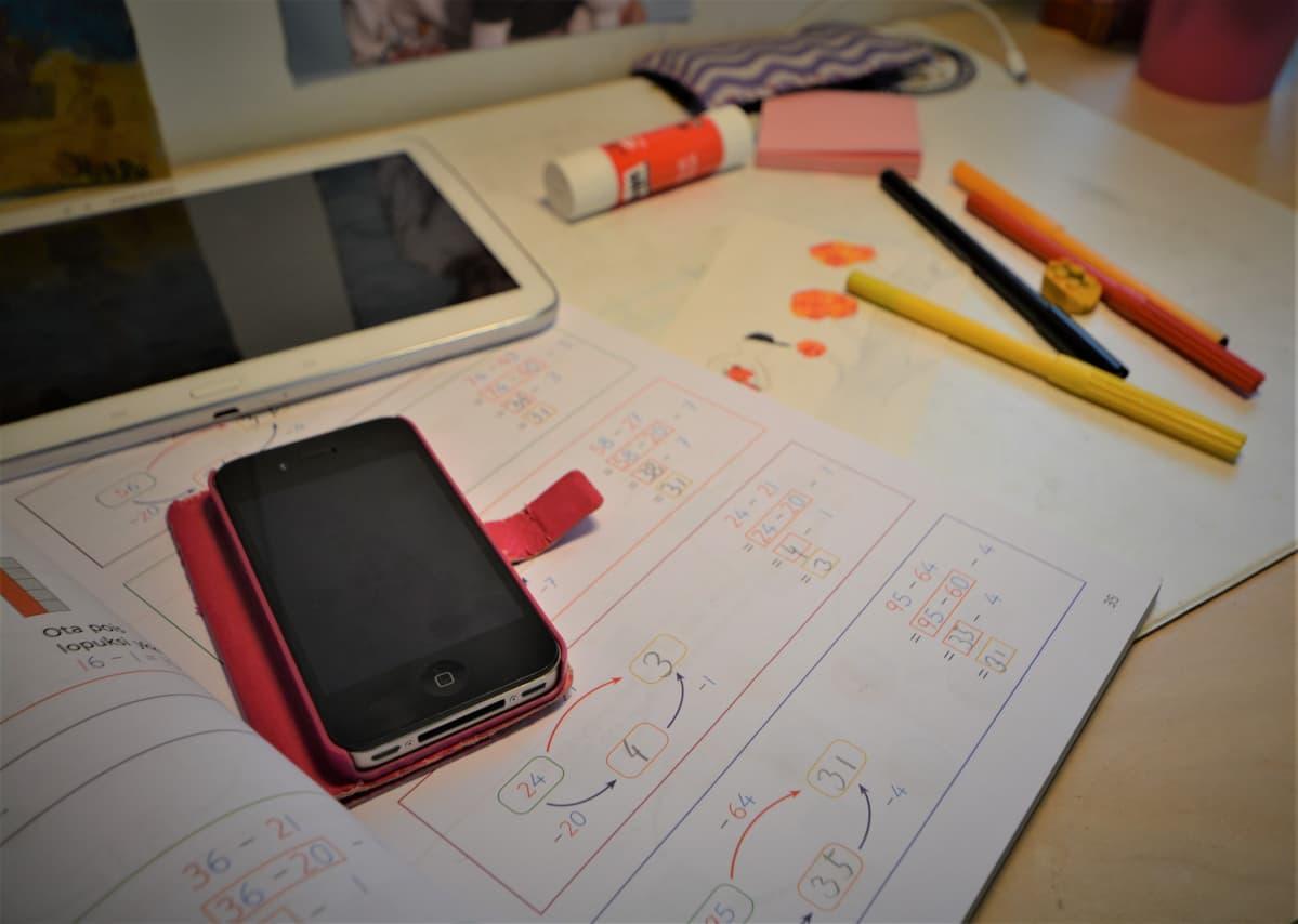 Kännyköiden käyttö on yleistynyt lasten opetuksessa.