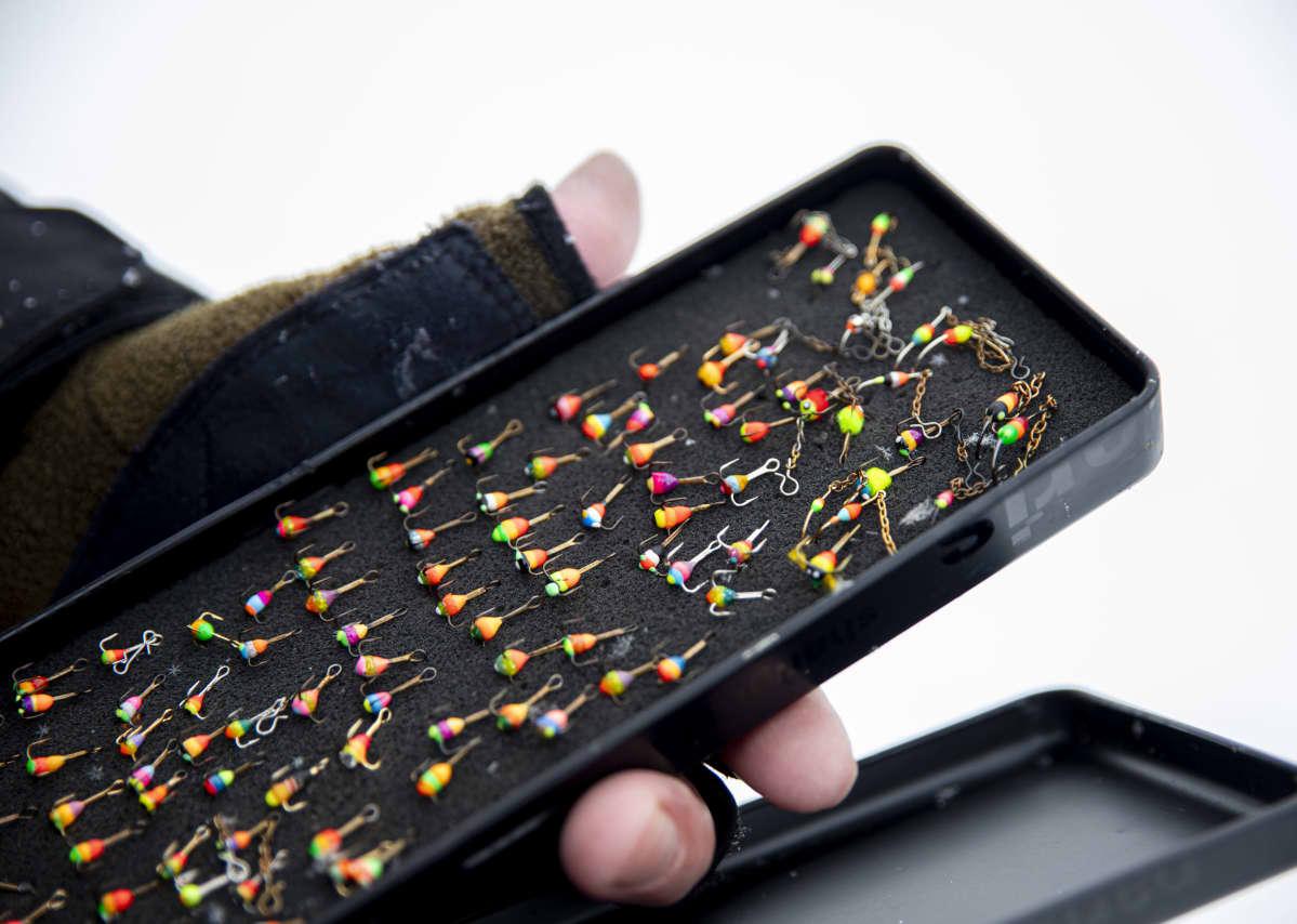 Värikoukkuja joita käytetään pilkkimisessä.