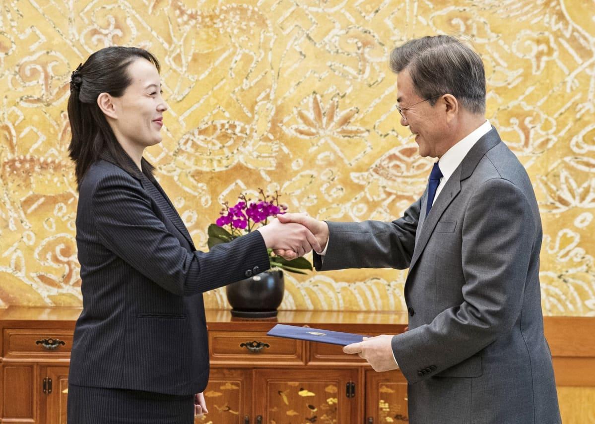 Pohjois-Korean johtajan Kim Jong-unin sisko Kim Yo-jong ja Etelä-Korean presidentti Moon Jae-in.