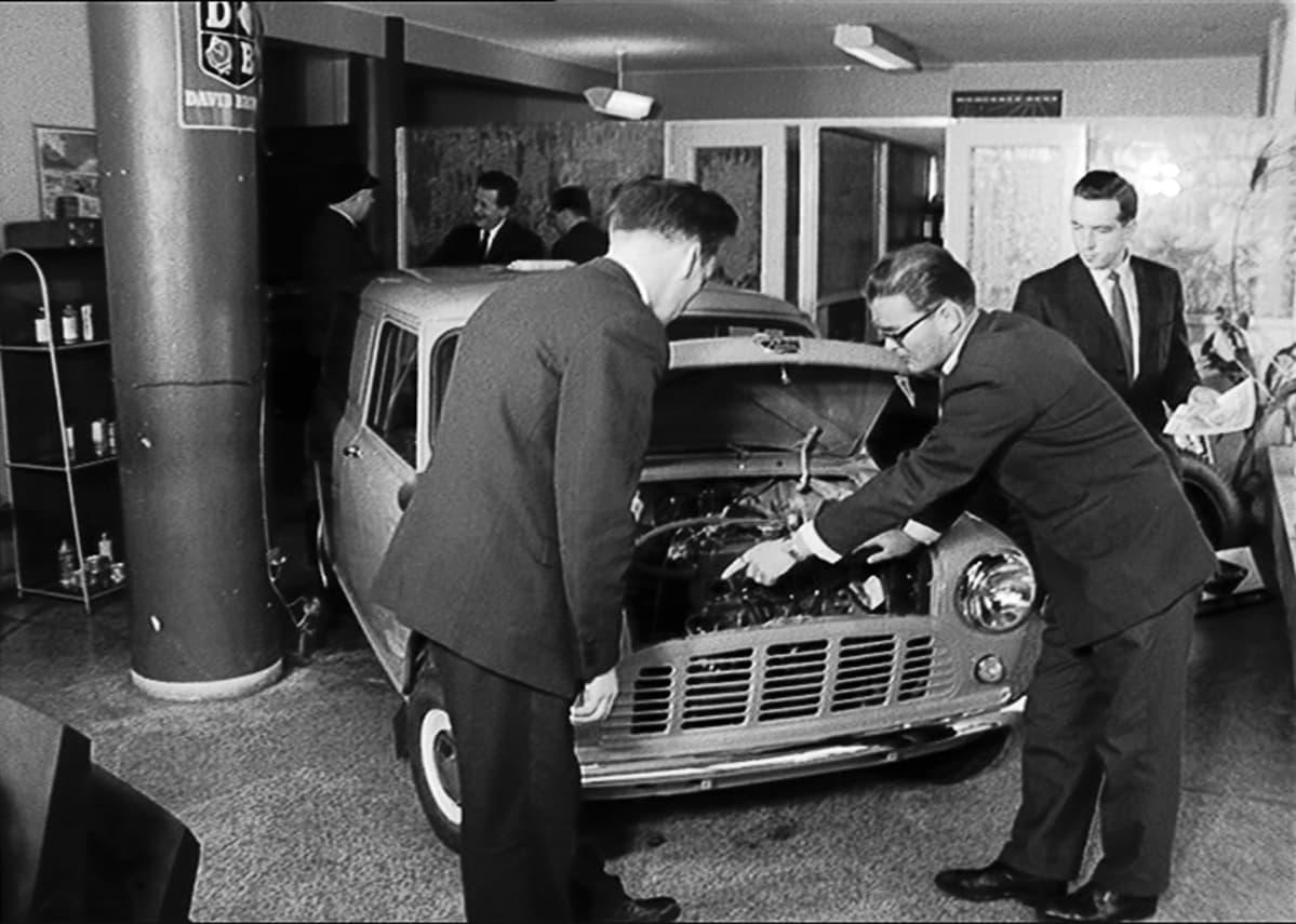 Autokauppaa 1950-luvun tyyliin.