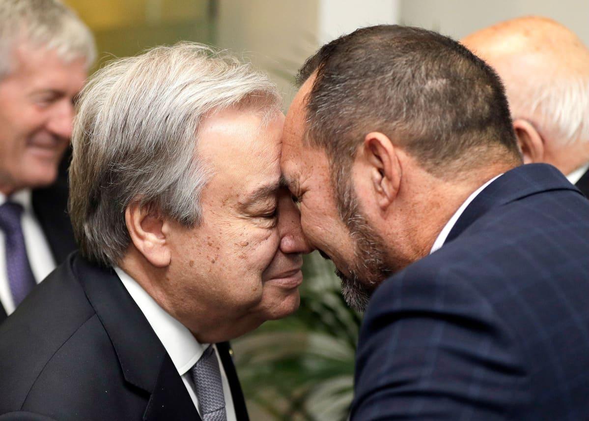 YK:n pääsihteeri Antonio Guterres  ja Arapata Reuben tervehtivät perinteisellä maoritervehdyksellä.