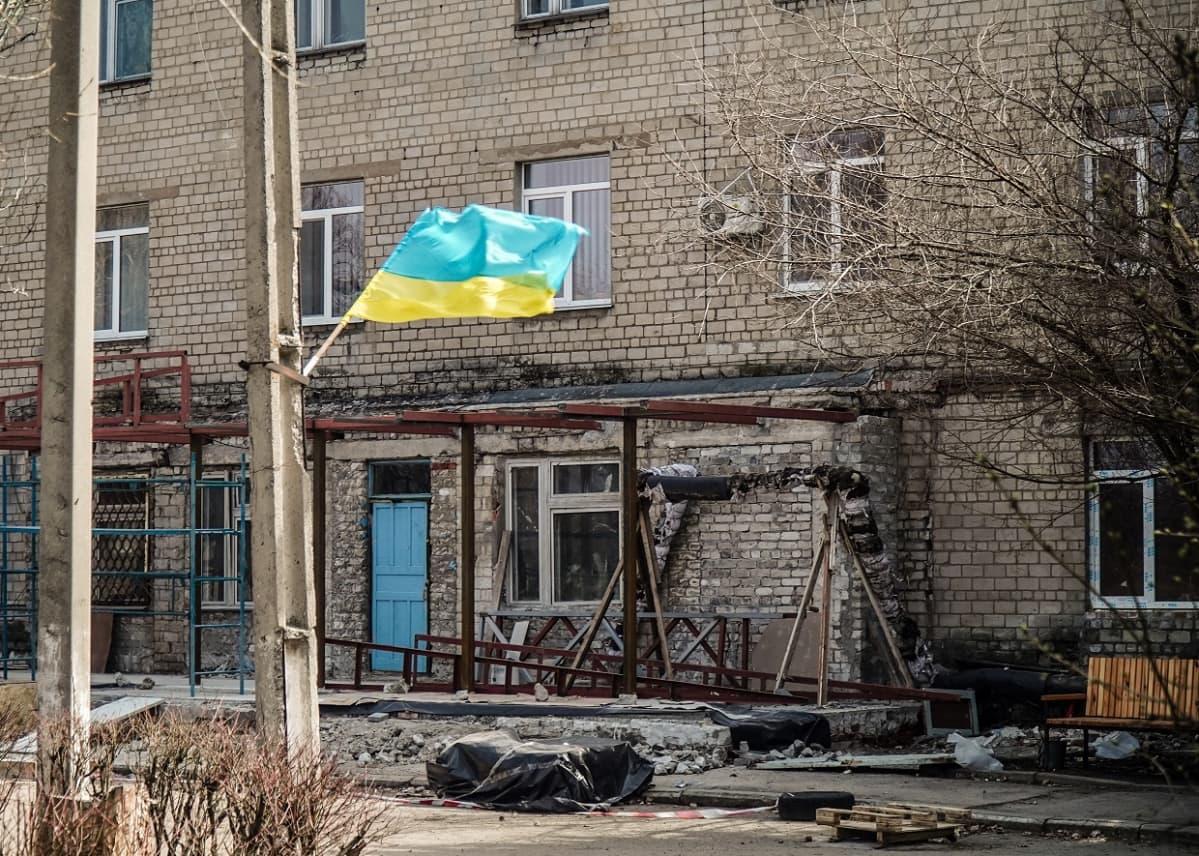 Ukrainan lippu liehuu Avdijivkan kaupungissa vielä seitsemän vuoden taistelujen jälkeen.