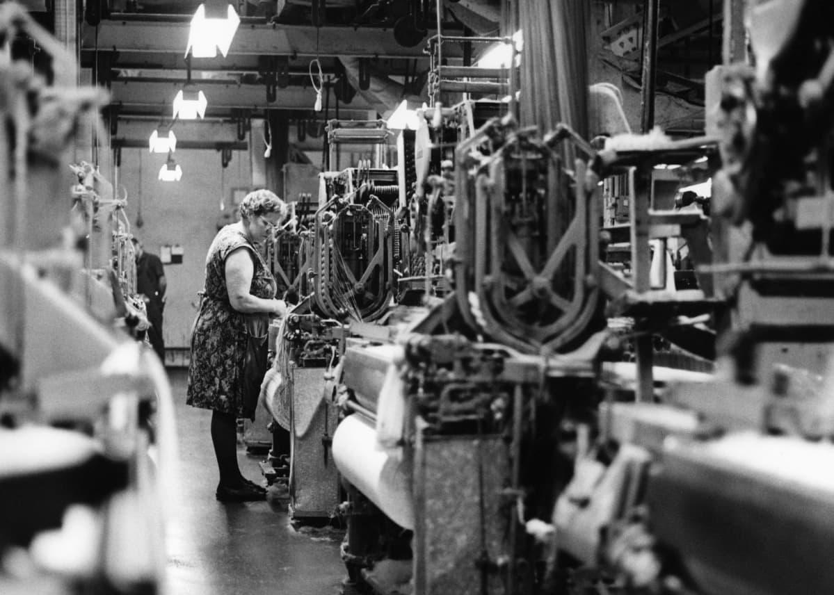 Nainen tehtaassa töissä