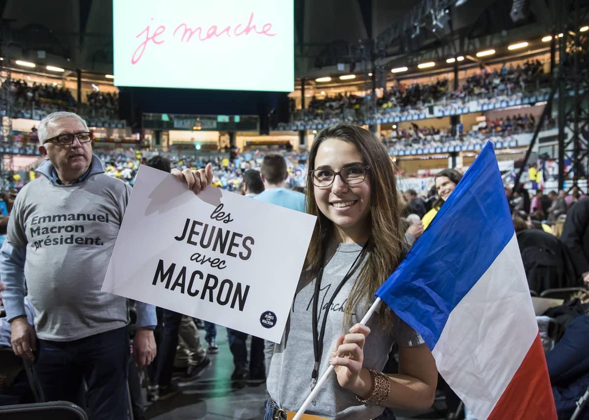 nainen plakaati ja lippu kädessä