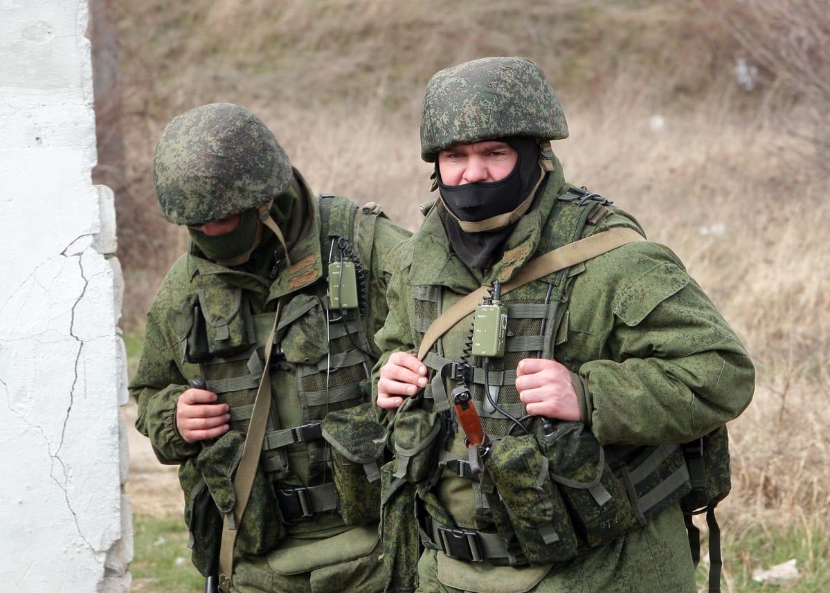 Kaksi sotilasta ilman tunnuksia.