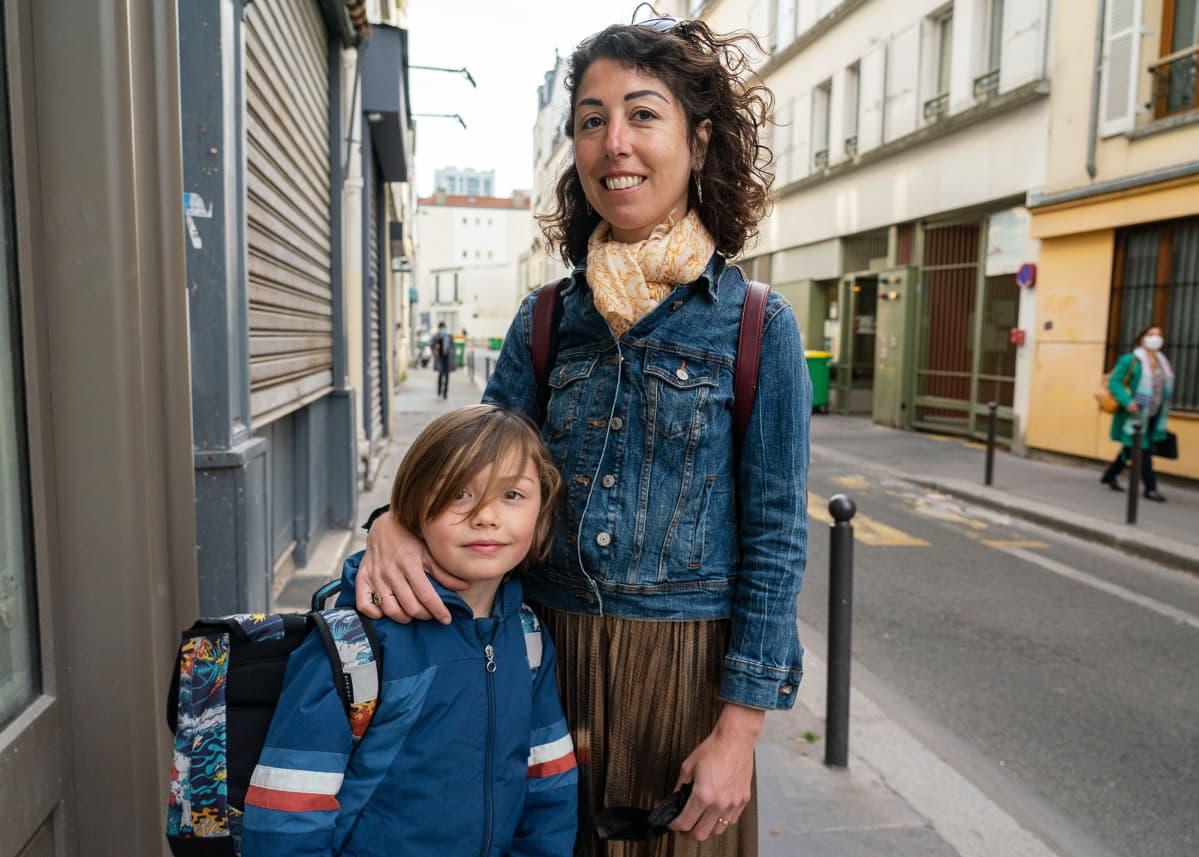 Pariisilainen lentoemäntä Virginie Morau on iloinen, kun hänen poikansa pääsi palaamaan lähiopetukseen.
