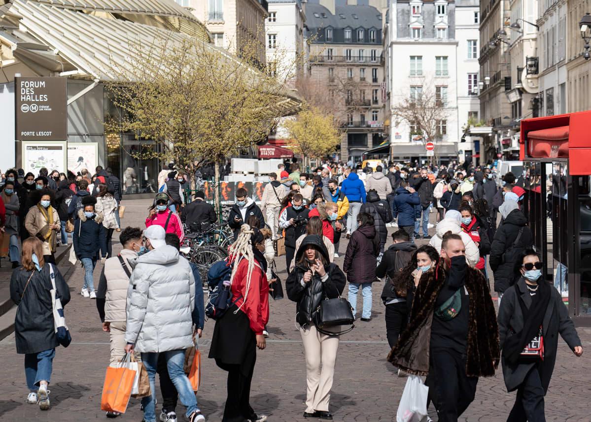 Tiheästi asutussa Pariisissa on vaikeaa noudattaa riittäviä turvavälejä.