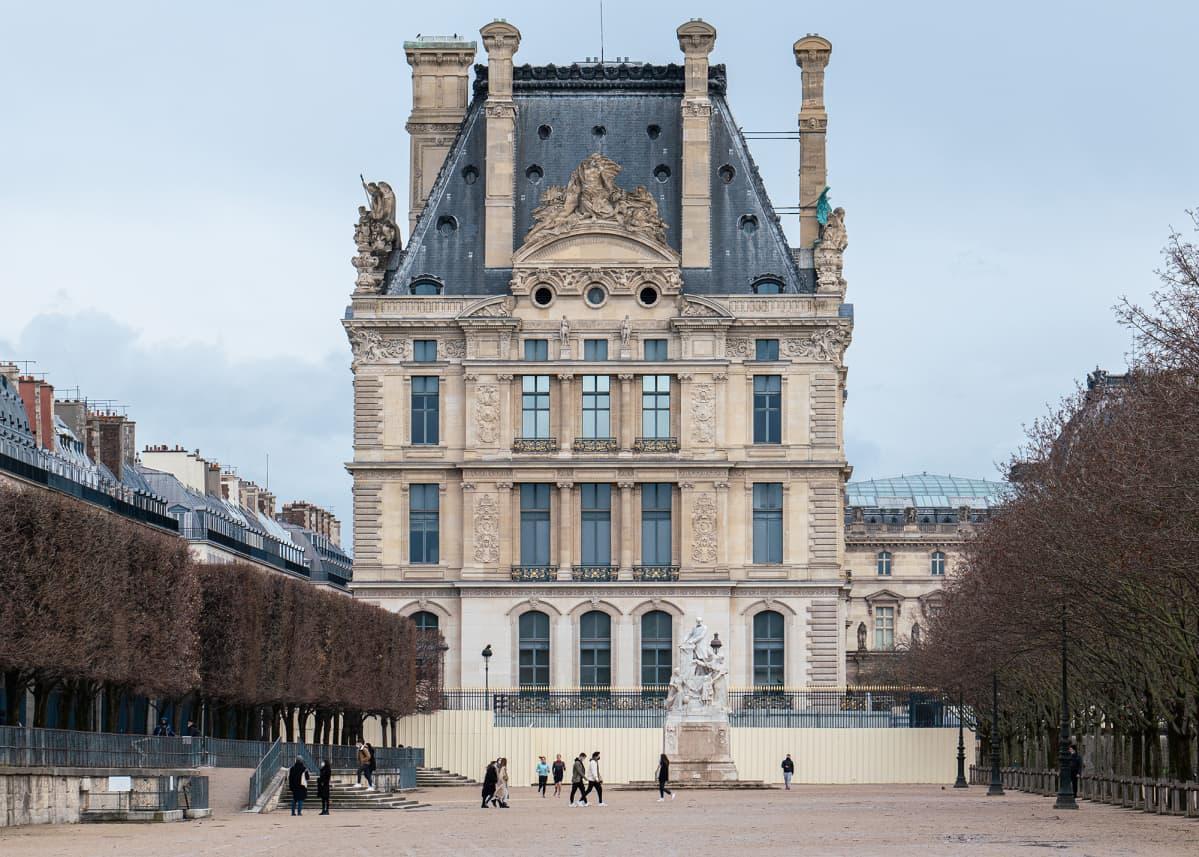 Turisteja ei Pariisissa yhäkään näy. Esimerkiksi Tuileries'n puutarhassa käyskentelee pelkästään paikallisia.