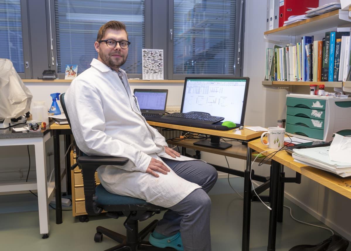 Sami Taipale istuu työhuoneessaan.