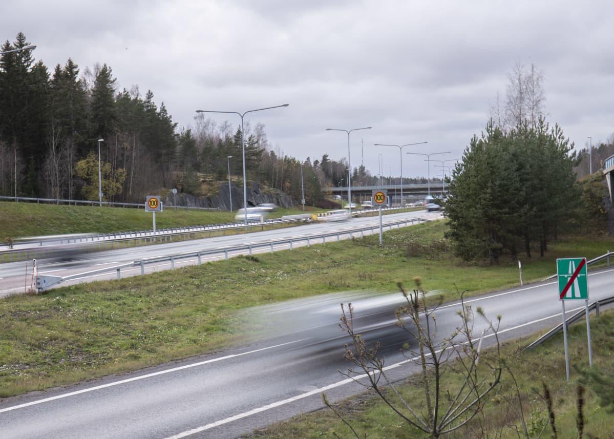 Liikennettä Turunväylällä Nihtisillan kohdalla.