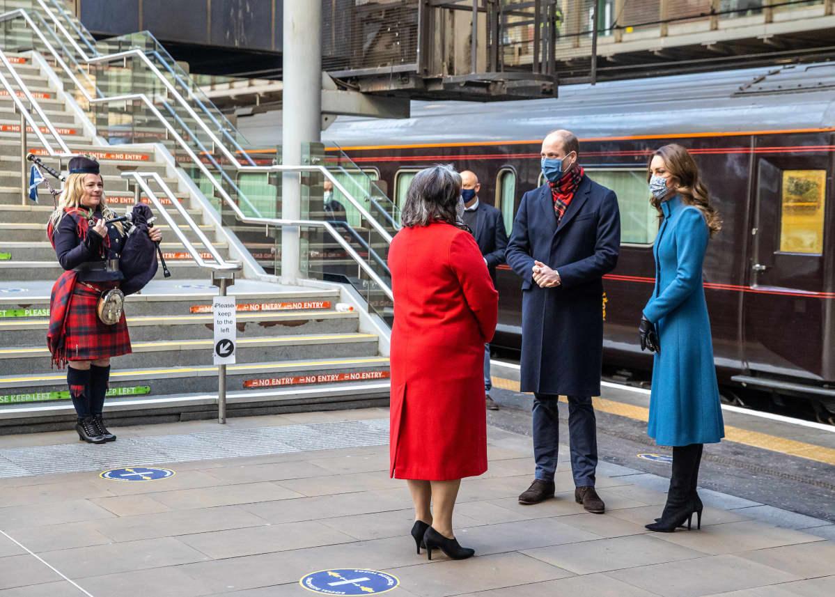 Prinssi William ja herttuatar Catherine, kuninkaallinen juna ja säkkipillinsoittaja.