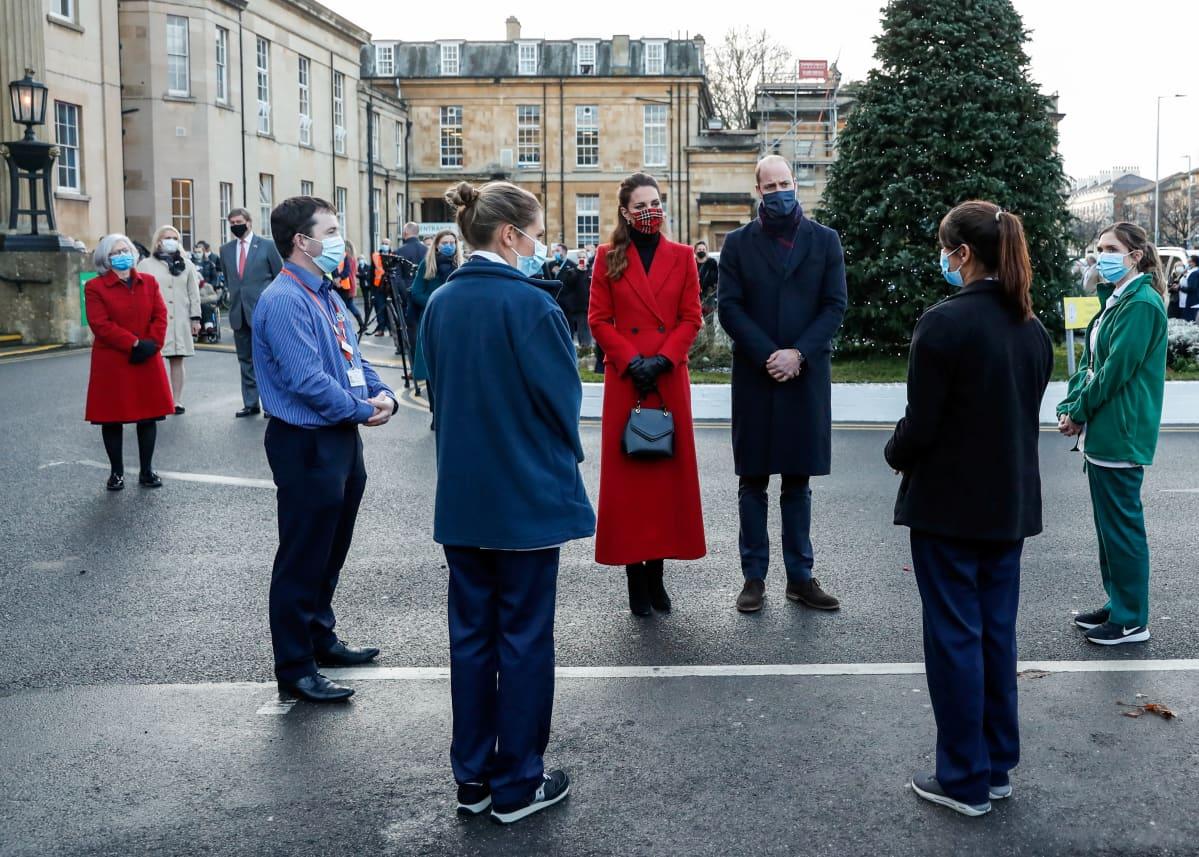 Prinssi William ja herttuatar Catherine keskustelevat terveydenhuollon työntekijöiden kanssa.
