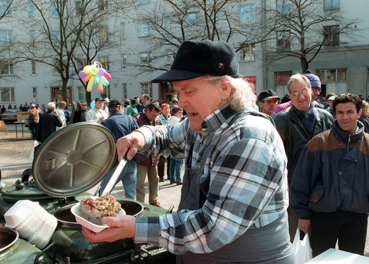 Veikko Hursti avustajineen järjesti työttömille vappujuhlan Harjutorilla Helsingissä 1. toukokuuta 1997.