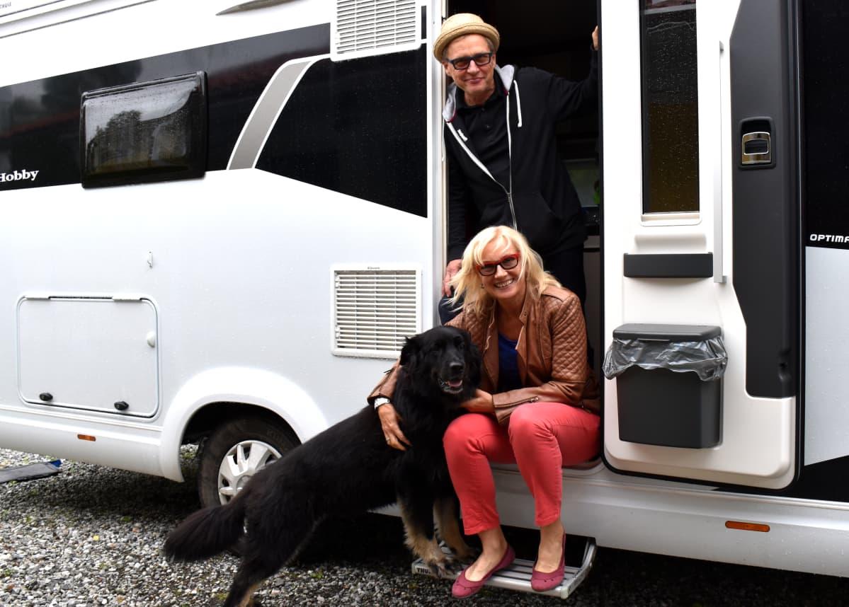 Onja-koira, Tuula Koponen ja Pentti Väistö kotinsa portailla.