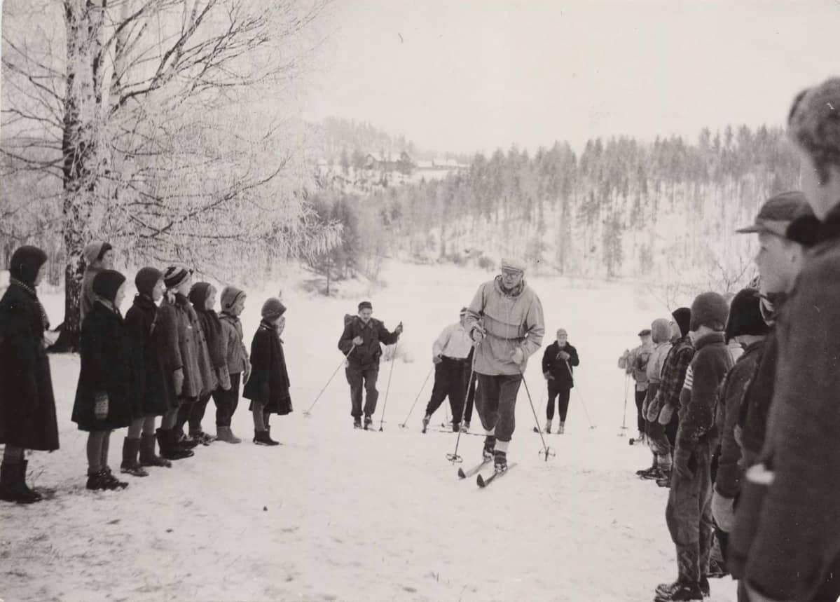 Urho Kekkonen hiihtää