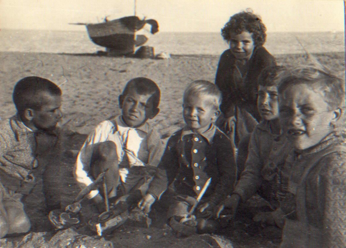 Nuori Hannu Hallamaa Marbellan rannalla kavedeidensa kanssa vuonna 1948