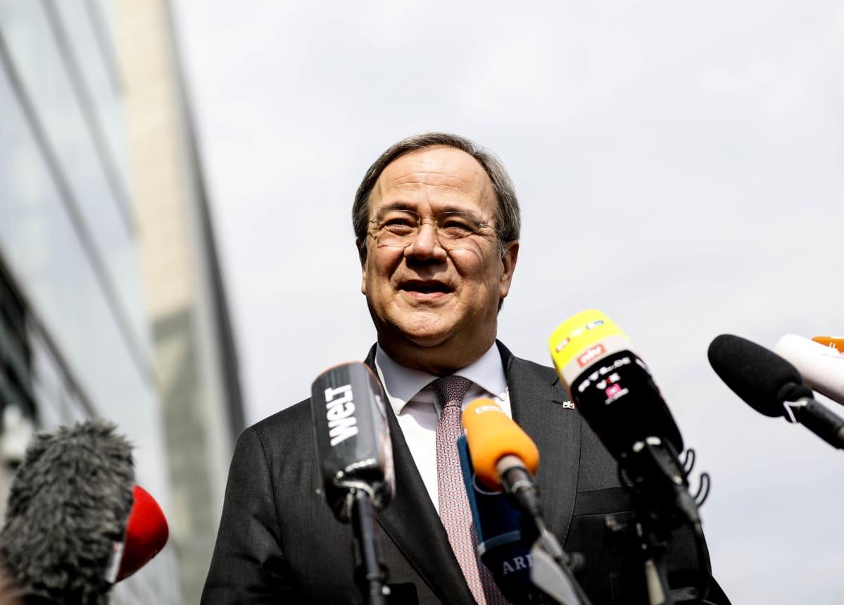 Saksan CDU-puolueen johtaja Armin Laschet puhumassa tiedotusvälineille liittokansleriehdokkuudestaan.