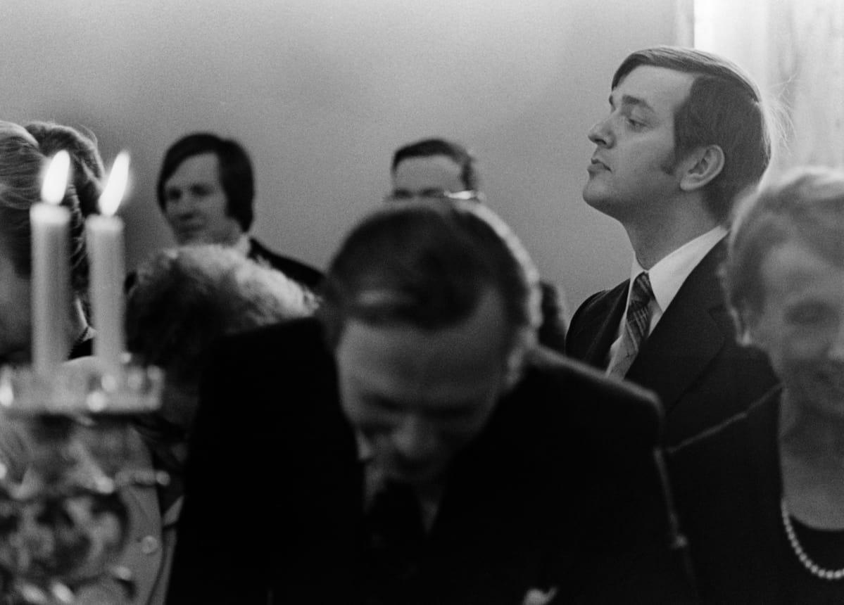 Valtiopäivien avajaiset 1976. Kahvitilaisuus, ministeri Paavo Väyrynen kurottelee toisten yli.