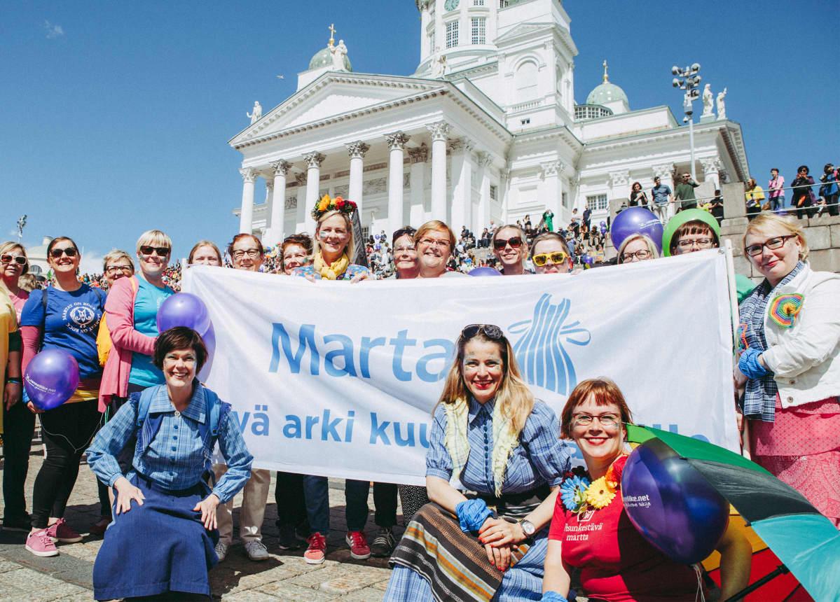 Martat Pride-kulkueessa. Edessä oikealla toinen on Martta-liiton toiminnanjohtaja Marianne Heikkilä