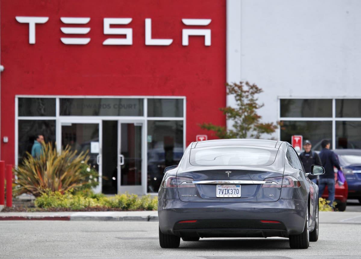 Teslan Model 5 -auto yhtiön esittelytilan parkkipaikalla Yhdysvaltain Kaliforniassa.