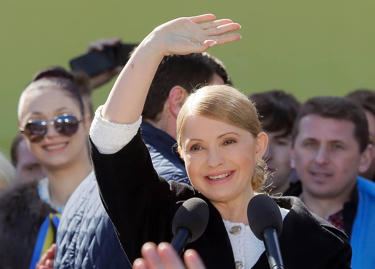 Julija Tymošenko tervehtii kannattajiaan puolueensa tilaisuudessa.