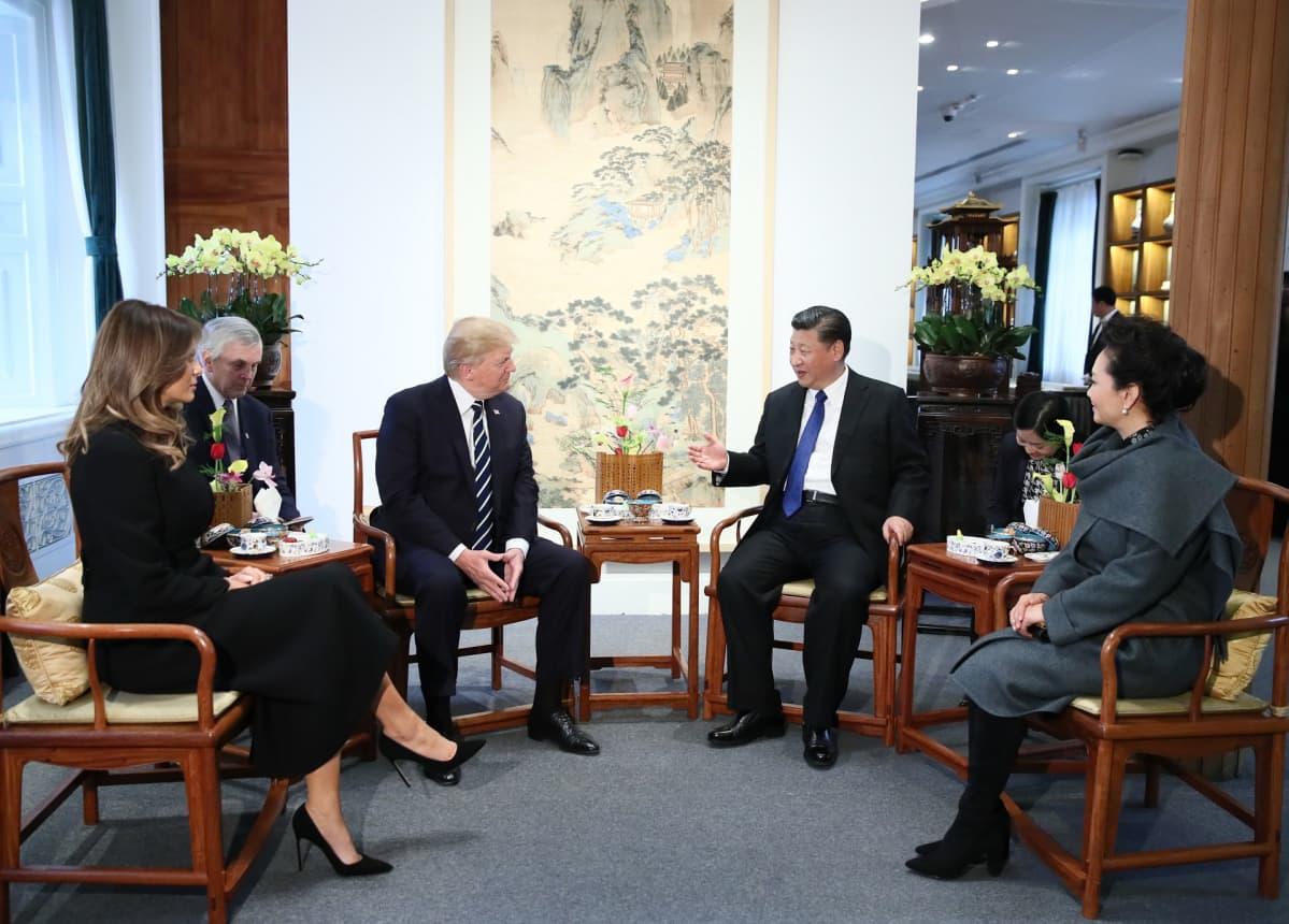 Yhdysvaltain ja Kiinan presidenttiparit istuvat teellä.