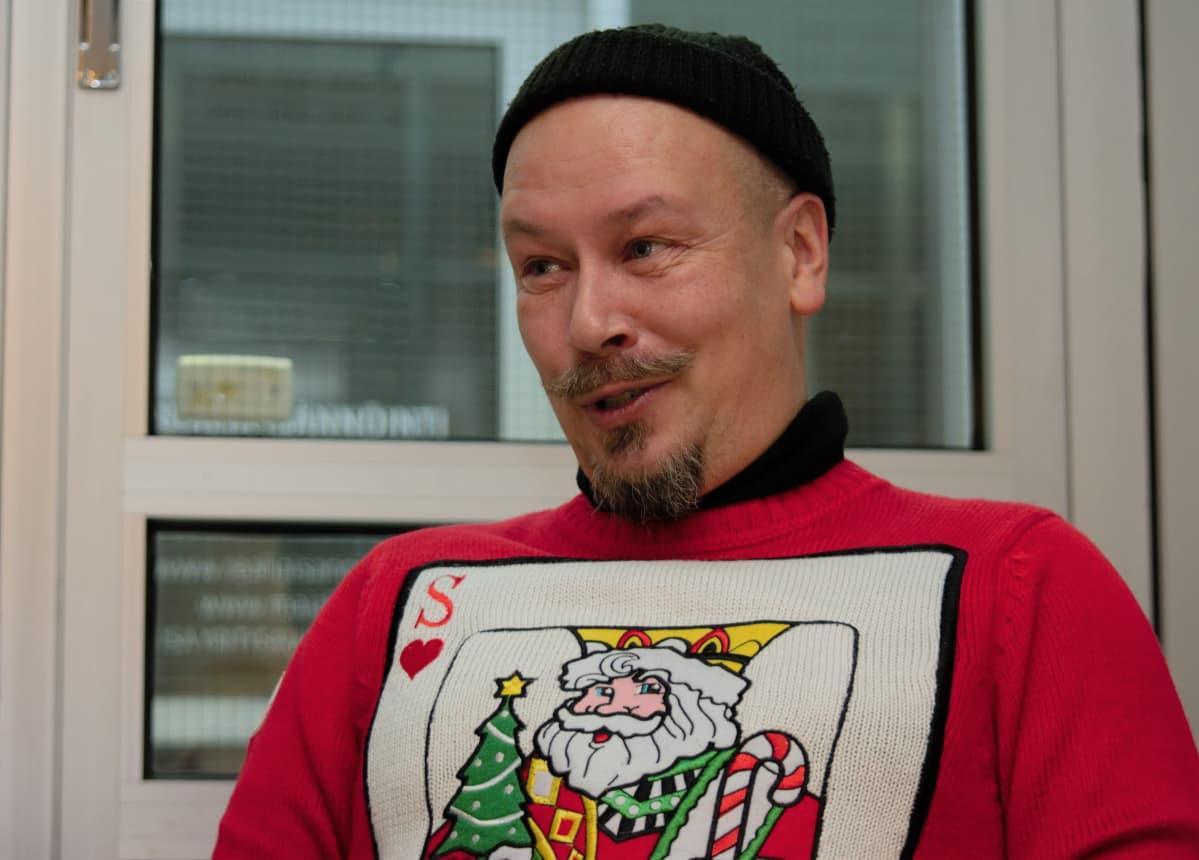 Tommi Haapaniemi joulupaidassa.