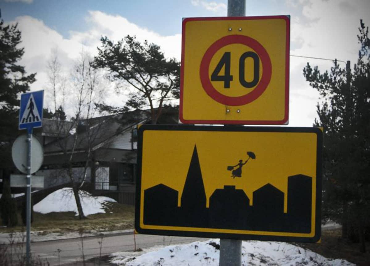 Paranneltu liikennemerkki, Maija Poppanen (2013). Tämä taide on jo siivottu pois Raumalla.