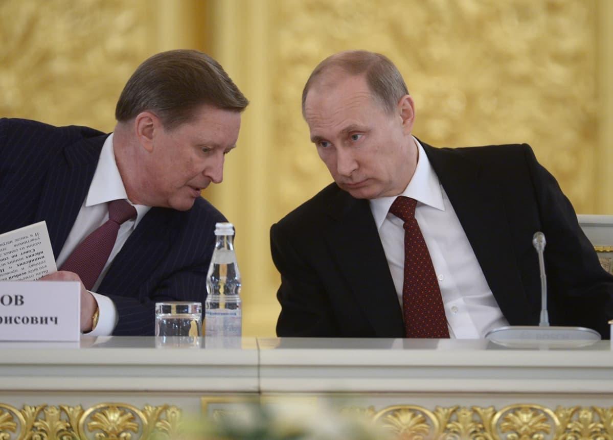 Ivanov ja Putin keskittyneinä keskusteluun.