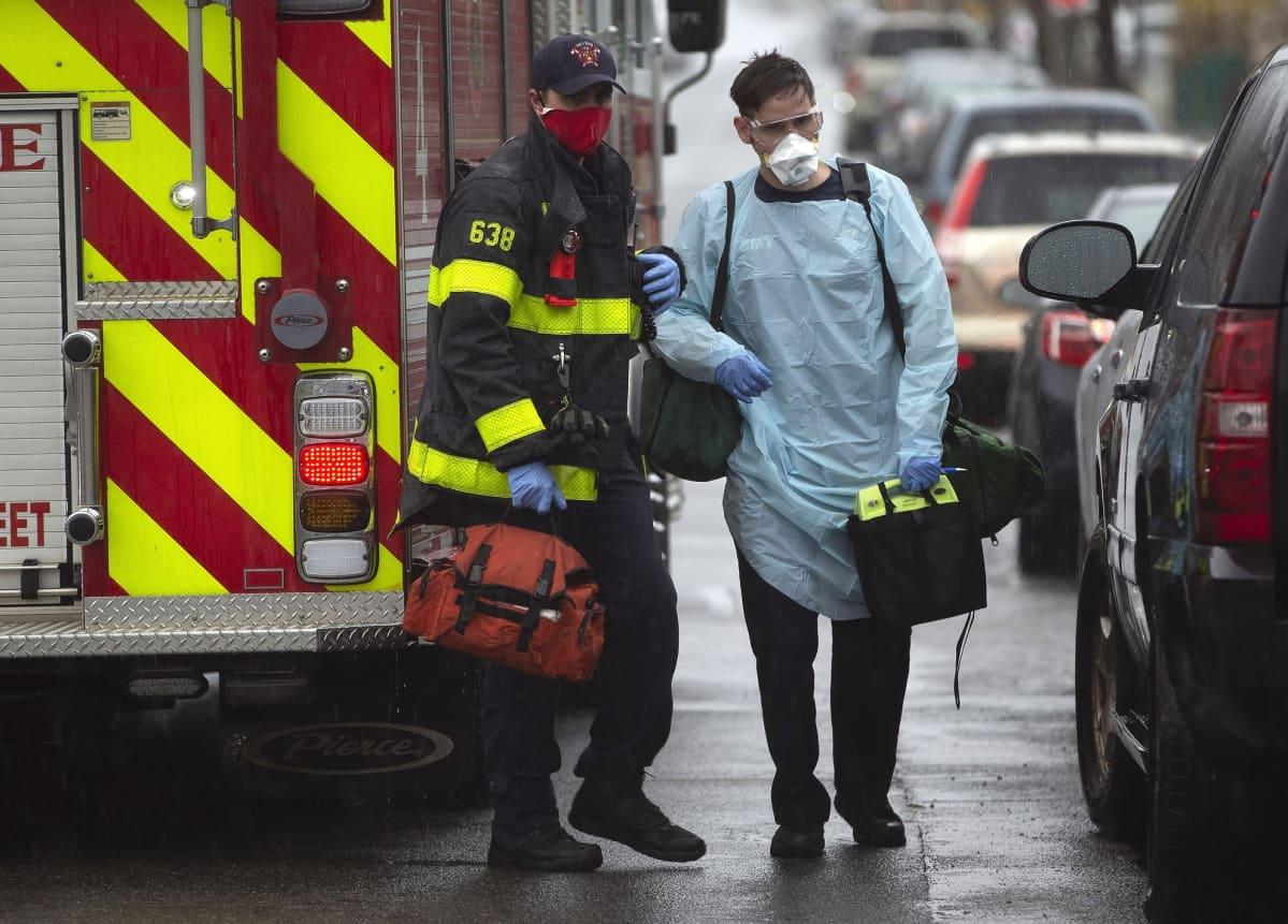 Palomiehet valmistautuivat hoitamaan epäiltyä koronapotilasta Reveressä, Massachusettsissa.