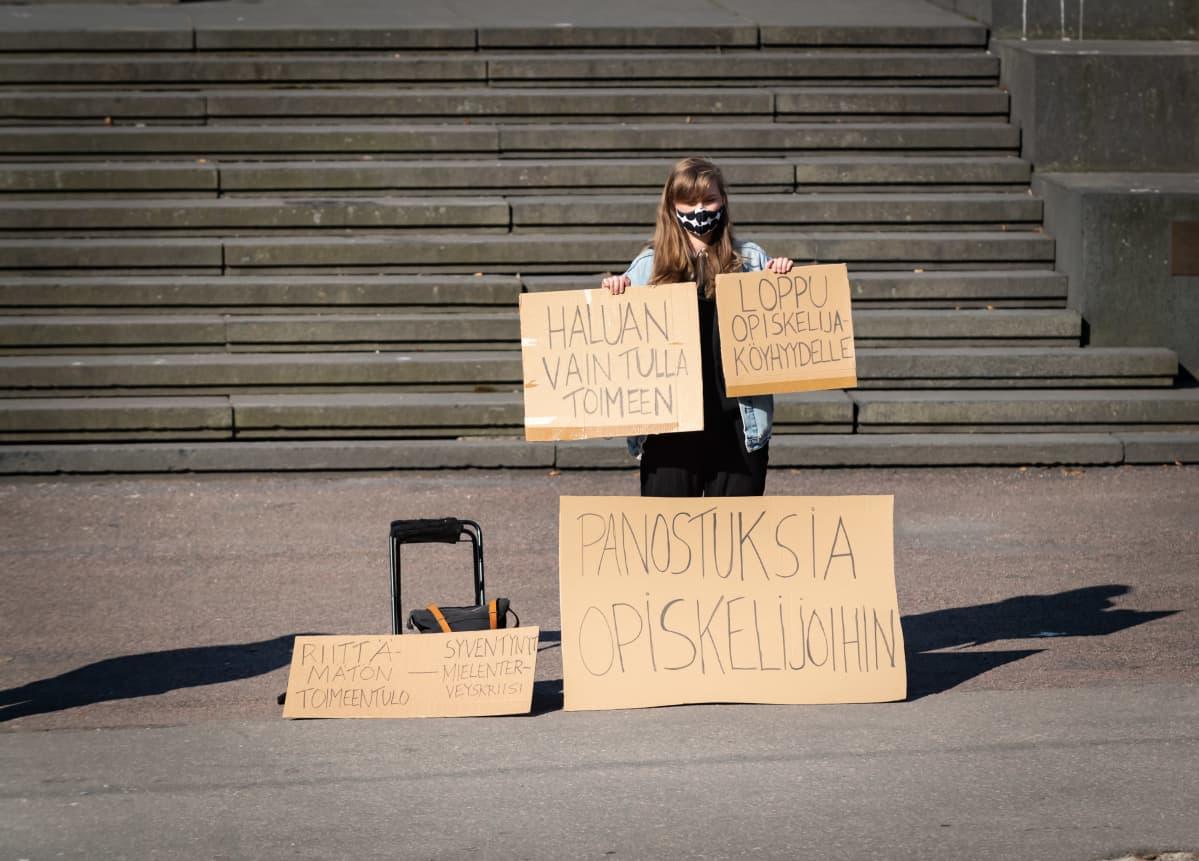 Yhden opiskelijan mielenosoitus Säätytalon edustalla hallituksen puoliväliriihen alkaessa 21. huhtikuuta.