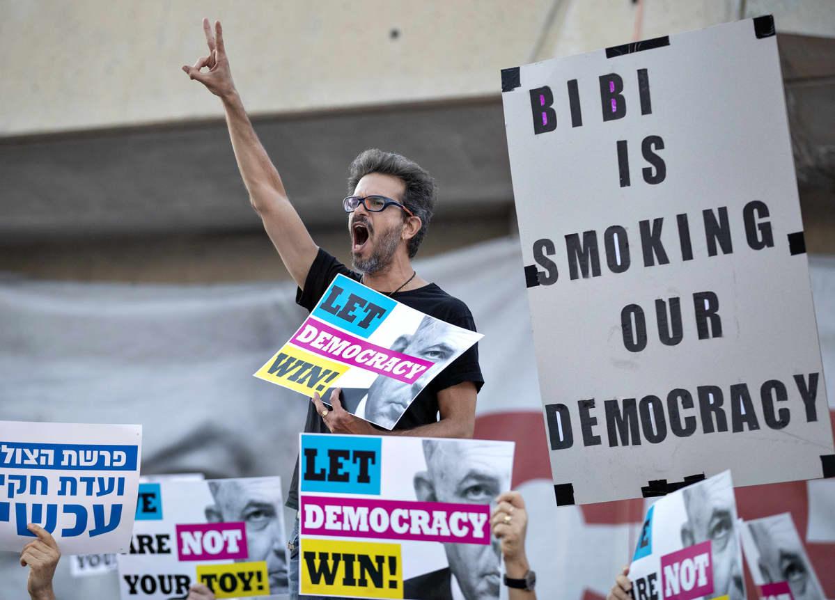 Mielenosoittajat protestoivat Benjamin Netanjahun toimia  Tel Avivissa 18. toukokuuta.