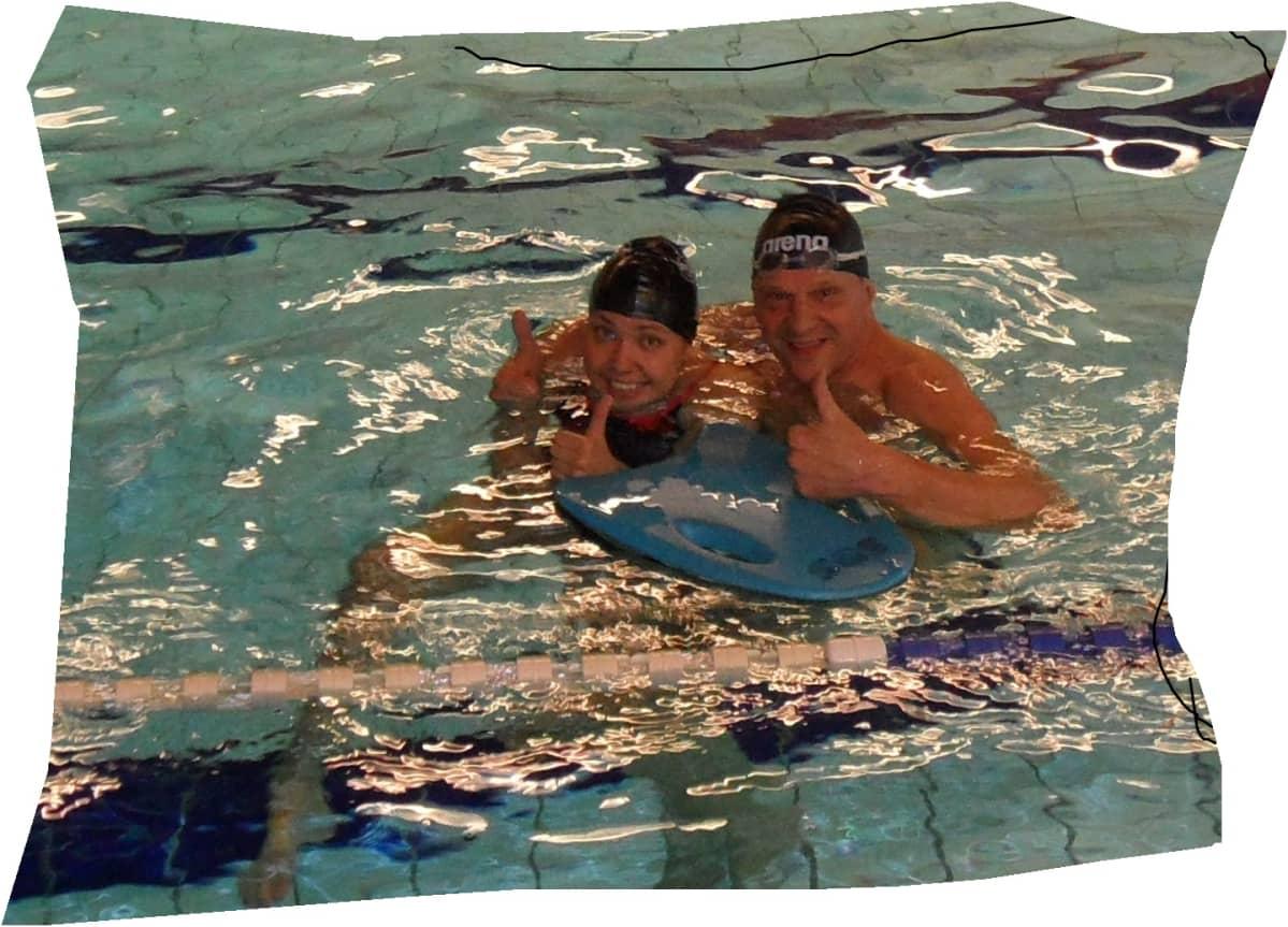 Kaisa Makkonen ja hänen isänsä Markku Makkonen uima-altaassa Punkaharjulla