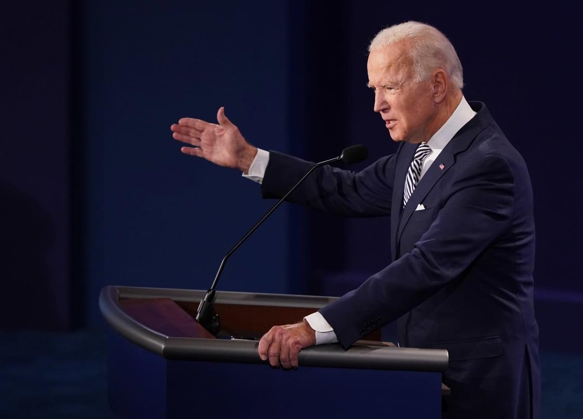 Presidenttiehdokas Joe Biden puhuu vaaliväittelyssä. Biden tehostaa puhettaan ylös nostetulla oikealla kädellä.