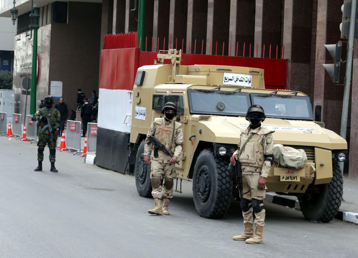 Erikoisjoukkojen sotilaat vartioivat vaalilautakunnan rakennusta Kairossa