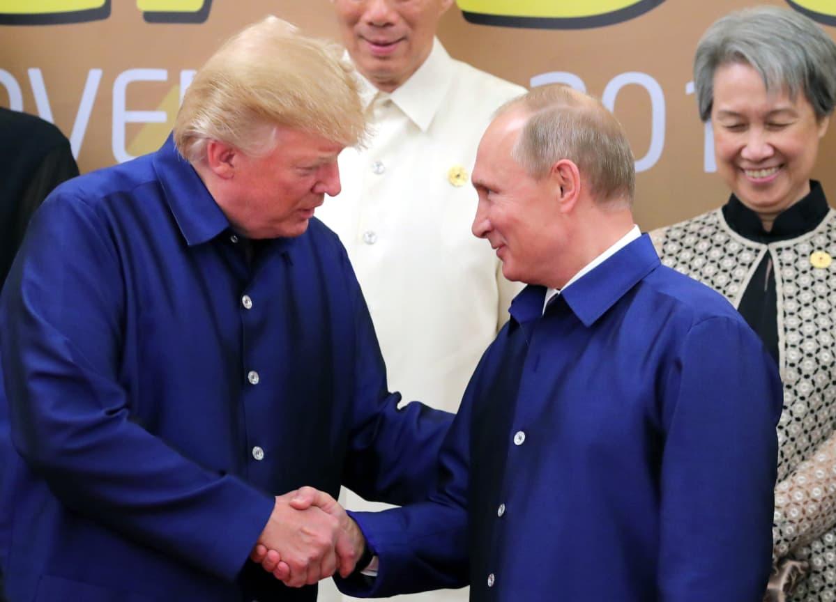Trump ja Putin kättelevät.