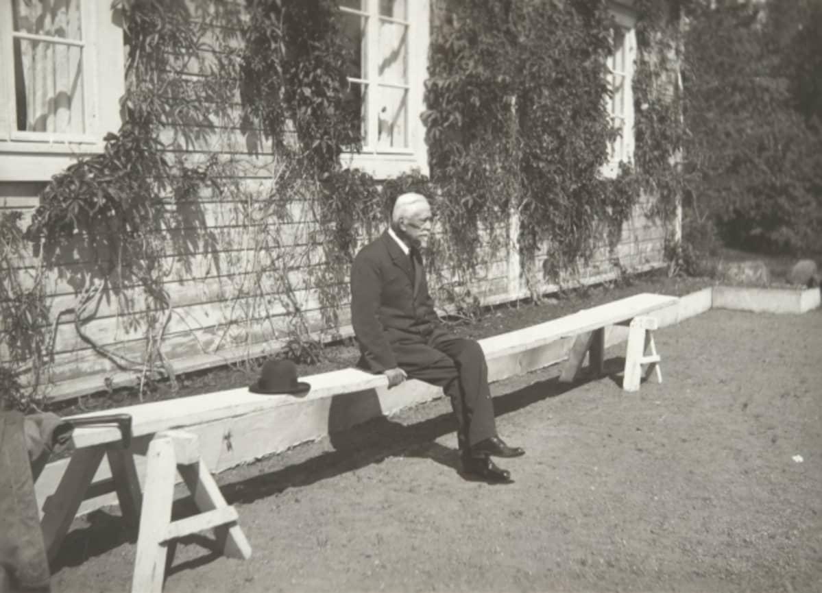 Professori Rabbe Wrede omistamansa Wredebyn kartanon pihapenkillä vuonna 1918
