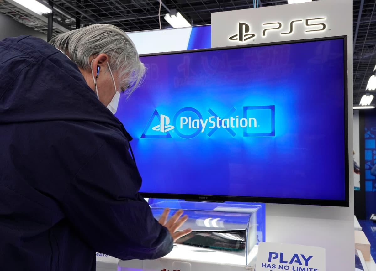 Playstation 5 -konsoli myynnissä Japanissa.