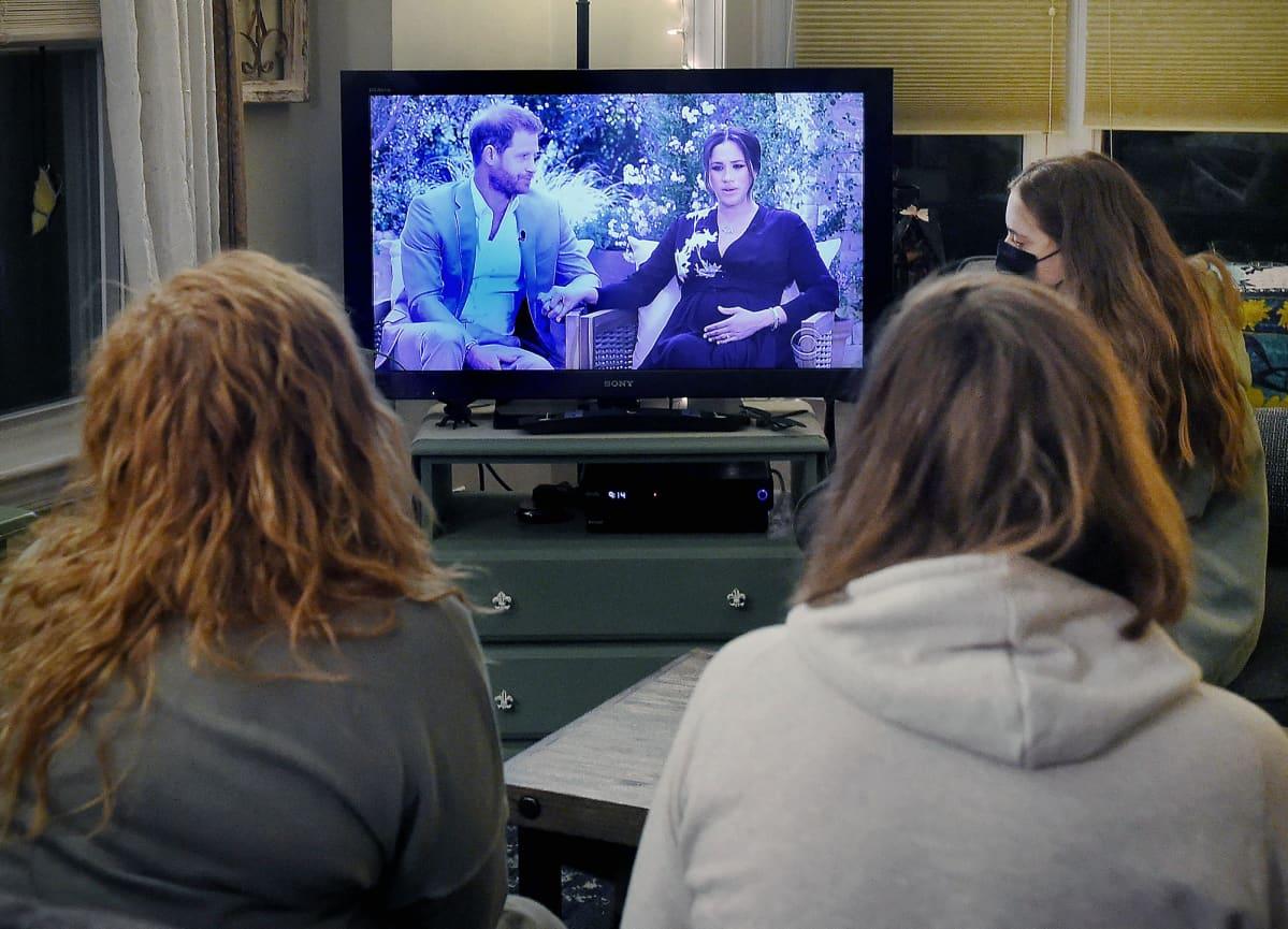 Prinssi Harryn ja Meghan Marklen haastattelua katsotaan televisiosta.