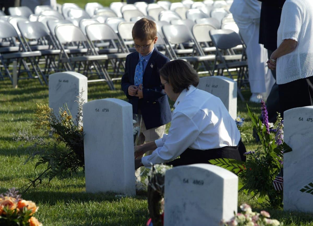 Molly ja Bobby Laychak tuovat kukkia aviomiehensä ja isänsä haudalle. Dave Laychak oli yksi Pentagoniin törmänneen American Airlinesin koneen matkustajista.