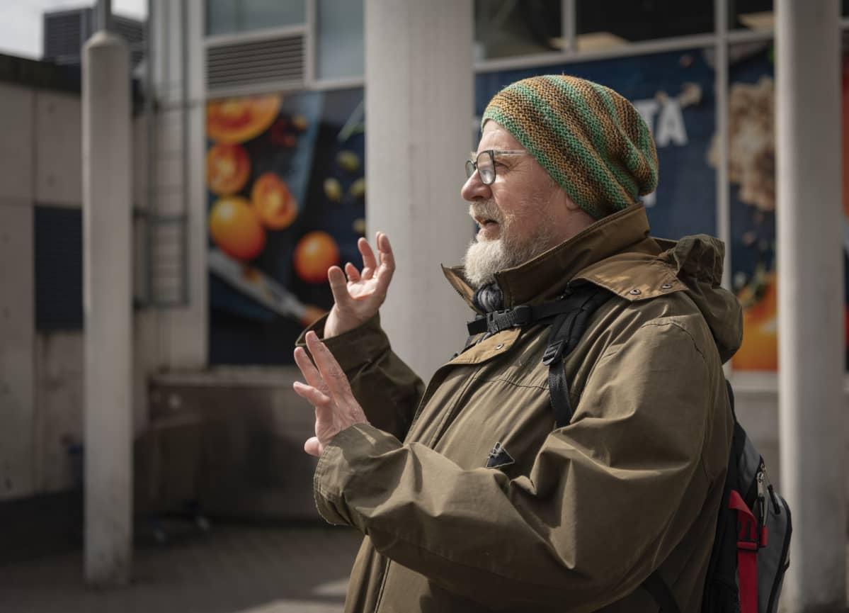 Mellunkyläläinen Otto Ihalainen kävelee lähes päivittäin Kontulan ostarille tai sen kautta Itikseen kauppareissuillaan. Häntä huolestuttavat oma ja lapsenlapsen terveys sekä yhteiskunnan yleinen taloustilanne, joka ei hänen mielestä korjaudu ihan hetkessä.