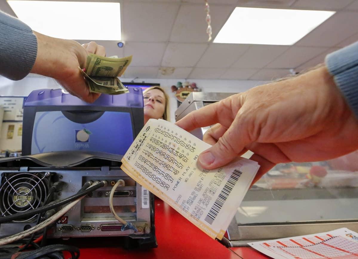 Asiakas ostaa Powerball-lottokuponkia.