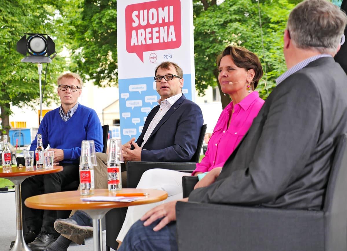 Kimmo Tiilikainen, Juha Sipilä ja Anne Berner keskustelemassa Porissa 11. heinäkuuta.